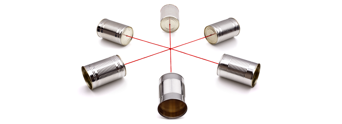 紐でつながった6つの缶が無線のカンファレンスシステムを形作っている様子