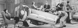 家具を動かしている人のアーカイブ写真